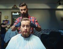 Pantaloni a vita bassa nel negozio di barbiere immagine stock libera da diritti