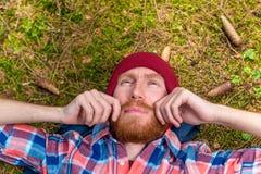 Pantaloni a vita bassa premurosi che segnano la sua barba rossa, un ritratto di un curta Fotografie Stock Libere da Diritti