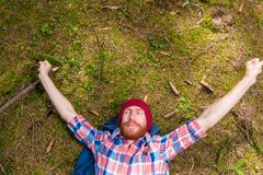 Pantaloni a vita bassa premurosi che segnano la sua barba rossa, un ritratto di un curta Immagini Stock Libere da Diritti