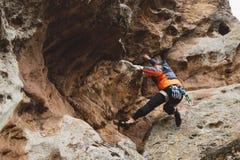 Pantaloni a vita bassa - scalatore all'età dello scalare una bella roccia senza assicurazione e casco Fotografia Stock Libera da Diritti