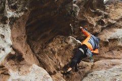 Pantaloni a vita bassa - scalatore all'età dello scalare una bella roccia senza assicurazione e casco Immagini Stock