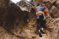 Pantaloni a vita bassa - scalatore all'età dello scalare una bella roccia senza assicurazione e casco Fotografia Stock