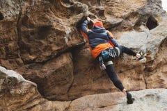 Pantaloni a vita bassa - scalatore all'età dello scalare una bella roccia senza assicurazione e casco Fotografie Stock Libere da Diritti