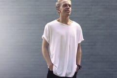 Pantaloni a vita bassa in una maglietta bianca in bianco Fotografia Stock Libera da Diritti