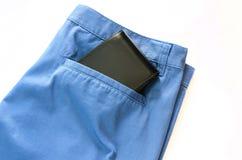Pantalons avec le portefeuille noir sur sa poche Photo stock