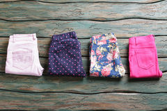 Pantalons bleus avec la copie de fleur Photos libres de droits