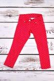 Pantalons de coton modelés par rouge de fille Photographie stock libre de droits