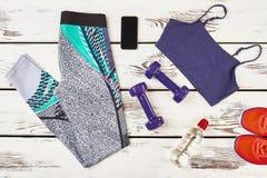 Pantalons, haltères et espadrilles Photo stock