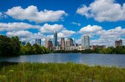 Pantanais largos Austin Texas Mid Day Perfect Summer do ângulo ao longo do Rio Colorado Imagem de Stock