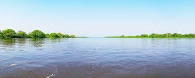 Pantanal landskap med floden och gräsplanvegetationen omkring fotografering för bildbyråer