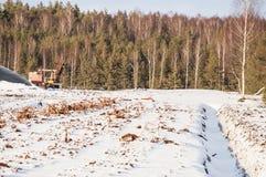 Pantano de turba drenado con la máquina industrial en invierno fotografía de archivo libre de regalías