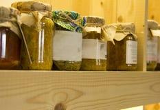 Pantanos para el invierno Preservaci?n de jugos y de verduras imagen de archivo libre de regalías