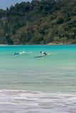 10/06/2017 Pantau Mawun,龙目岛,印度尼西亚 年轻夫妇学会冲浪 免版税库存照片