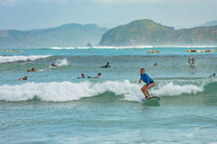 10/06/2017 Pantau Mawun,龙目岛,印度尼西亚 少妇学会冲浪 库存照片