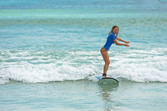 10/06/2017 Pantau Mawun, Lombok, Indonésie La jeune femme apprend à surfer Photos stock