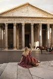Panteón de la salida del sol de Roma Italia de la muchacha fotografía de archivo libre de regalías