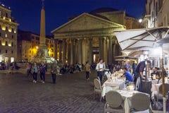Panteon alla notte con i ristoranti aperti Fotografie Stock