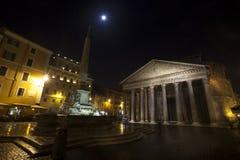 Panteon, fontanna i jaskrawa gwiazda, historyczny budynek w Rzym, Włochy - noc obraz royalty free