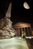 Panteon, fontanna i księżyc, historyczny budynek w Rzym, Włochy - noc Zdjęcie Stock