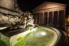 Panteon och springbrunn, historisk byggnad i Rome, Italien - natt Arkivbild