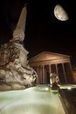 Panteon, springbrunn och måne, historisk byggnad i Rome, Italien - natt Arkivfoto