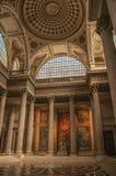 Panteoninsidasikten med det höga taket, kolonner, statyer och målningar dekorerade rikt i Paris Arkivbild