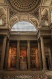 Panteoninsidasikten med det höga taket, kolonner, statyer och målningar dekorerade rikt i Paris royaltyfria bilder