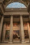 Panteoninsidasikten med det höga taket, kolonner, statyer och målningar dekorerade rikt i Paris Royaltyfri Foto