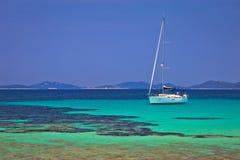 Pantera在Dugi Otok海岛群岛航行的绿松石海滩 免版税库存照片