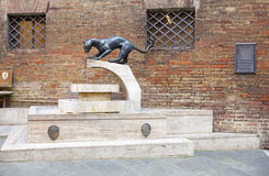 Pantermonument på contradagränsen, Siena, Tuscany, Italien Royaltyfri Foto