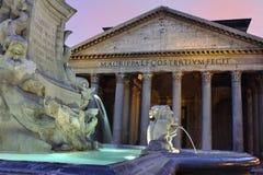 Panthéon avec la fontaine photographie stock libre de droits