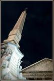 Pantheon και αιγυπτιακός οβελίσκος τη νύχτα Στοκ Εικόνα