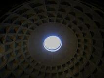 Pantheon με την ακτίνα του φωτός ήλιων από την κορυφή Ιταλία Ρώμη στοκ εικόνες