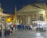 Pantheon τη νύχτα με τα ανοικτά εστιατόρια Στοκ εικόνα με δικαίωμα ελεύθερης χρήσης