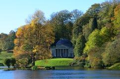 Pantheon an Stourhead-Gärten im Herbst, Wiltshire Lizenzfreies Stockfoto