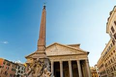 Pantheonen och den forntida egyptiska obelisken i Rome Arkivfoto
