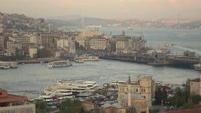 Pantimelapsemening van de Gouden Hoorn van Istanboel en Galata-Brug met toeristenschepen die in Bosphorus drijven Video in 4K UHD stock videobeelden