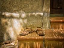 Pantoffel auf den Schritten eines Portals lizenzfreies stockfoto