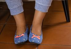 Pantoffel auf Füßen Lizenzfreie Stockfotografie