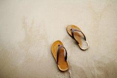 Pantoffel am Strand Lizenzfreie Stockbilder