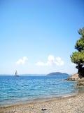 Pantoffel und idyllischer Strand Lizenzfreies Stockfoto