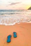 Pantoffel und Sonnenuntergang auf dem Strand Lizenzfreie Stockfotos