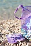 Pantoffel und Tasche am Strand und an der Sommersaison Lizenzfreie Stockfotos