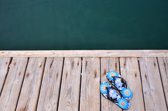 Pantoffelanlegestelle am Strand durch das Meer lizenzfreie stockfotos