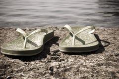 Pantoffels bij de overzeese kust Royalty-vrije Stock Afbeeldingen