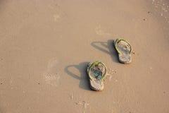 Pantoffels in het zand. Royalty-vrije Stock Afbeelding