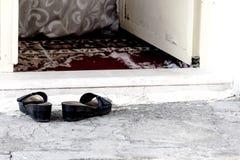 Pantoffels op de drempel van een slecht huis in Turkije Stock Afbeeldingen