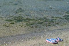 Pantoffels op het strand Royalty-vrije Stock Foto's