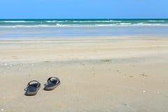 Pantoffels op het strand stock afbeelding