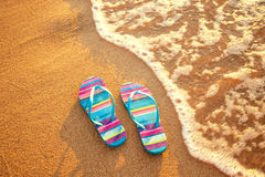 Pantoffels op het strand Stock Foto's